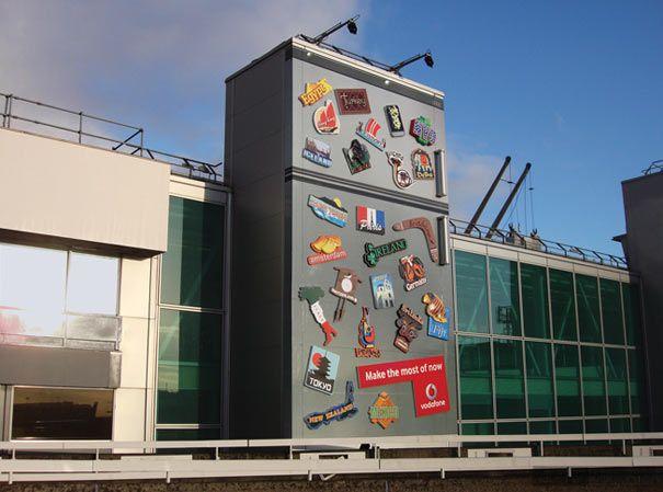 Vodafone:Vodafone放在伦敦的希思罗机场航站楼外的广告