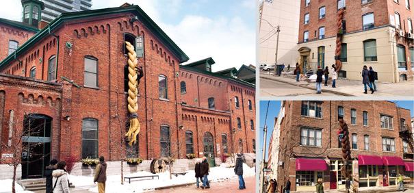 """潘婷防破损洗发水:为了证明潘婷Pantene's的""""真正强大的头发""""索赔,三个莴苣风格的特技在多伦多市中心举行两天,在那里住了三种不同的超大马尾辫的男性登山。"""