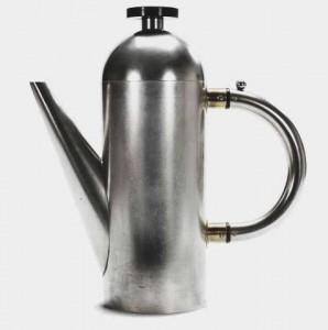 这个茶壶是由Naum Slutzky,一位金匠、工业设计师、魏玛包豪斯(Weimarer Bauhaus)的工艺大师。简洁、功能性的设计有没有一丝装饰 – 几乎是一个以数学为依据的设计方案。