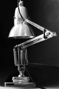 灯具Anglepoise的设计巧妙地解决一个现实问题。但设计出来的形式,不仅是一种有效的解决方案,也具备它自己独特的美学魅力。