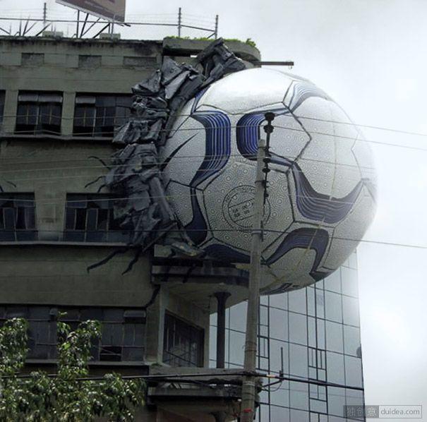 耐克足球:一个巨大的耐克足球,被建筑物的一侧卡住。