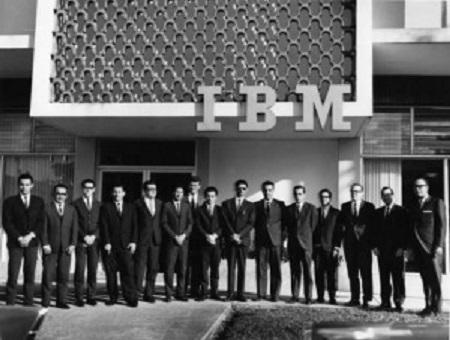 今天,我们来分享一个古老而神圣的Logo案例——IBM